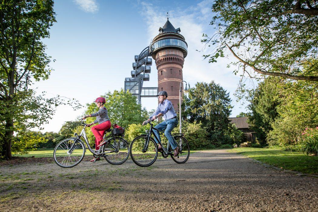 Das Foto zeigt Fahrradfahrer am Aquarius Wassermuseum