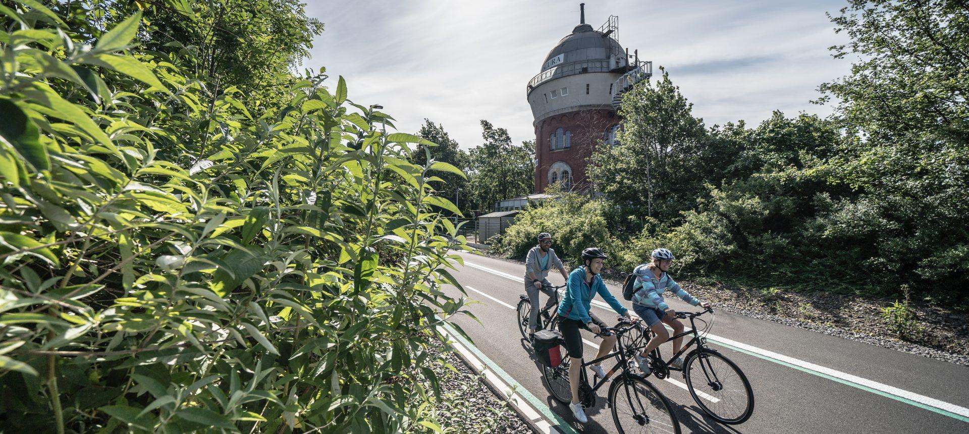 Das Foto zeigt Fahrradfahrer an der Camera Obscura