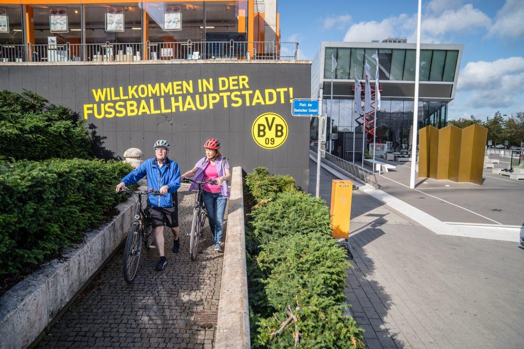 Das Foto zeigt Fahrradfahrer am Fußballmuseum Dortmund