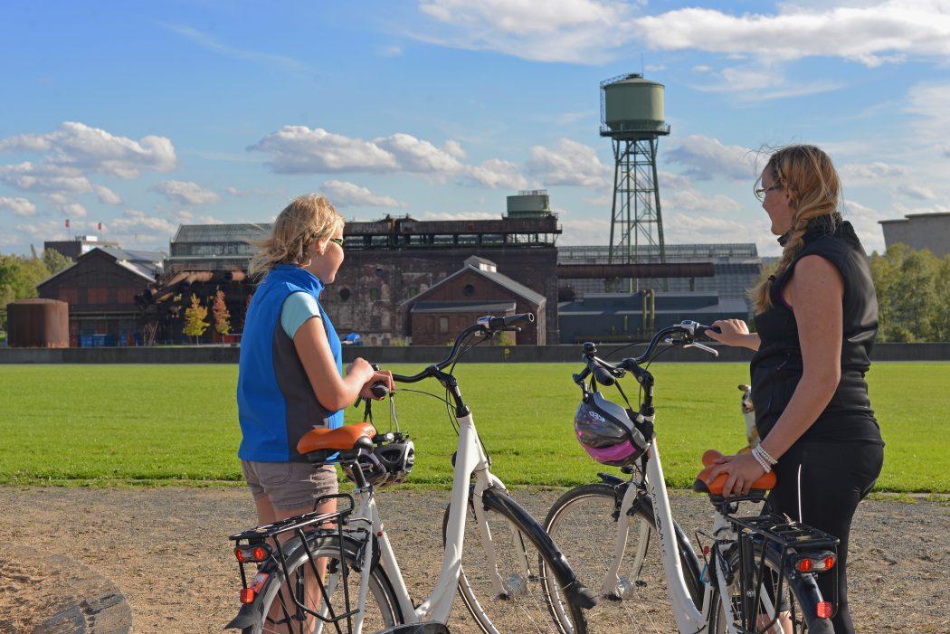 Das Foto zeigt Fahrradfahrer im Westpark.