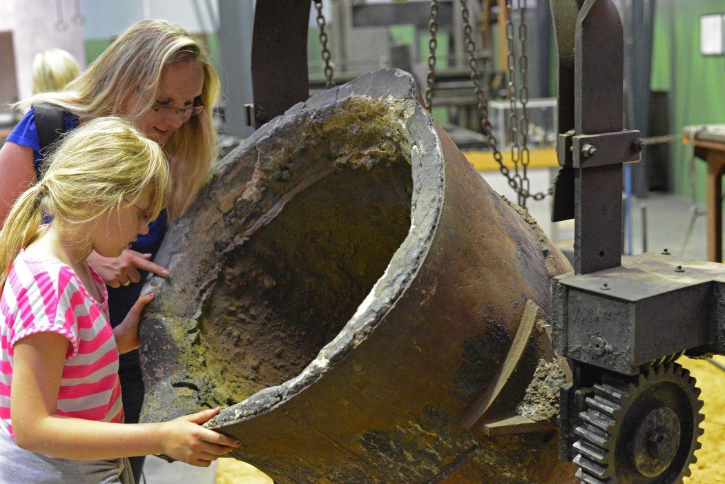 Das Foto zeigt eine Frau und ein Kund in der Zinkfabrik Altenberg in Oberhausen