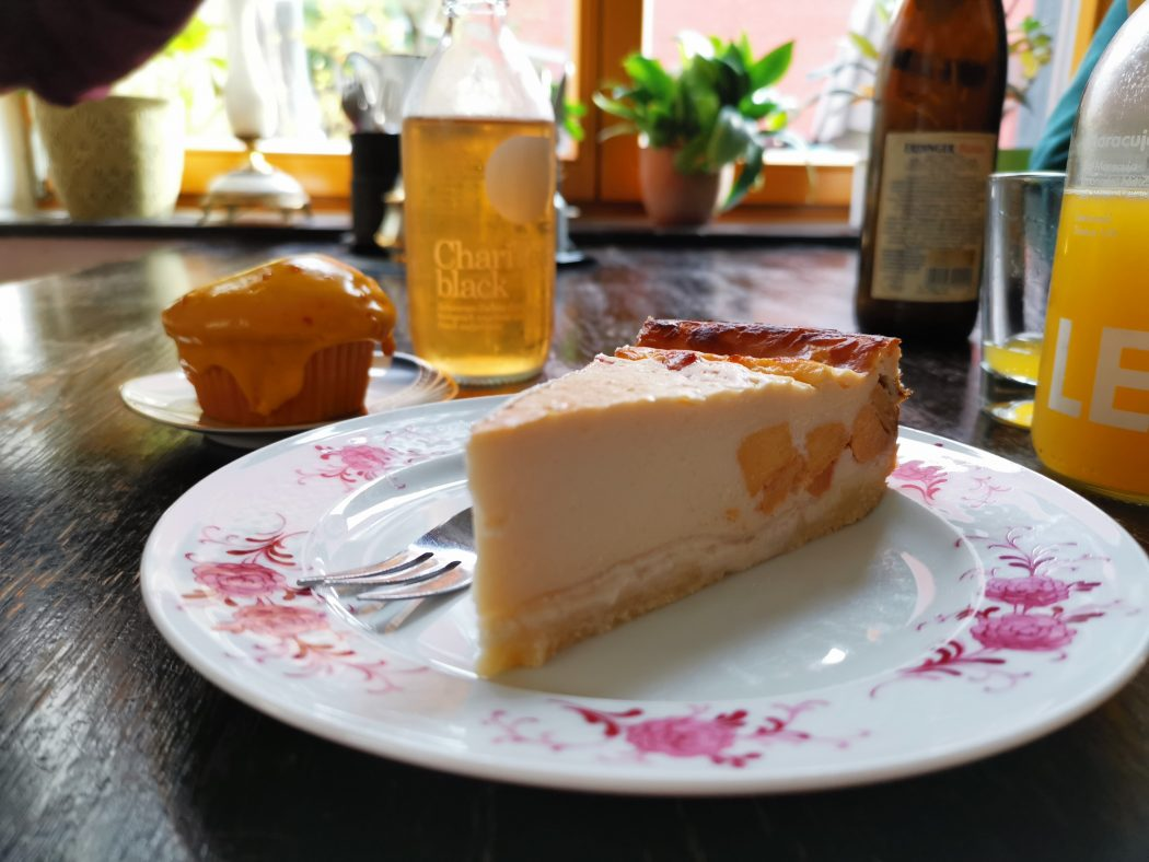 Das Bild zeigt ein Stück Kuchen in der Krümelküche in Duisburg