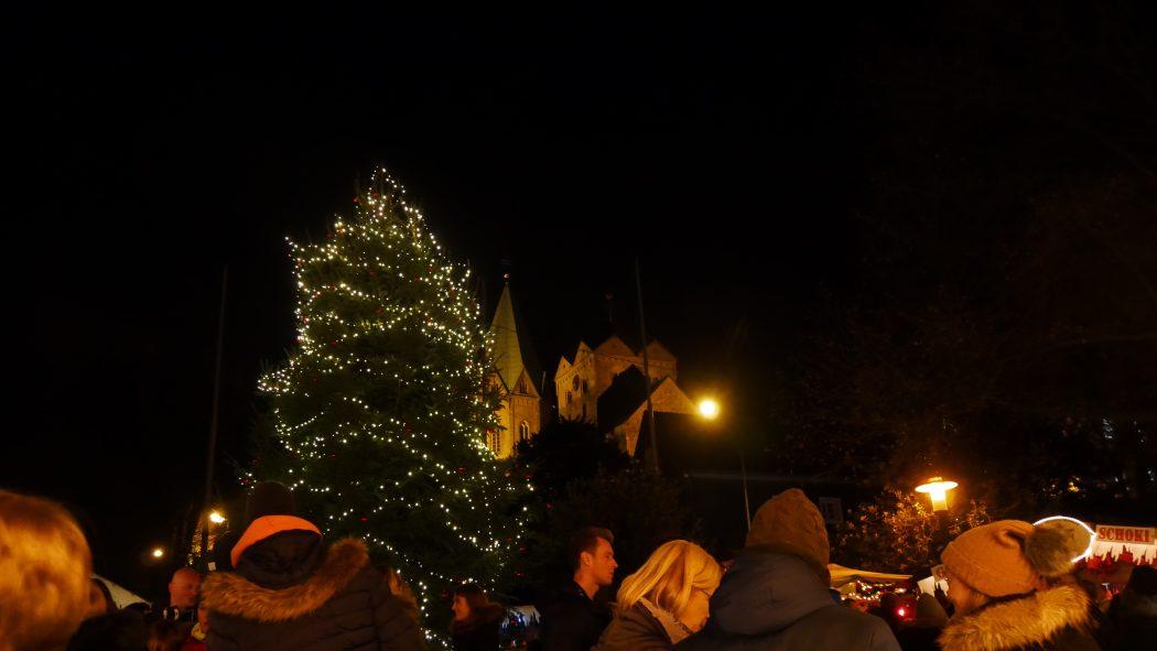 Das Foto zeigt einen geschmückten Tannenbaum auf dem Weihnachtsmarkt in Essen-Werden