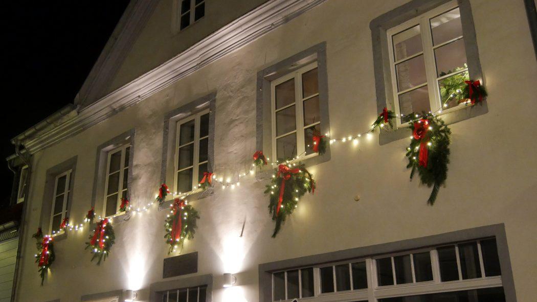 Das Foto zeigt ein geschmücktes Haus in der Grafenstraße auf dem Weihnachtsmarkt in Essen-Werden