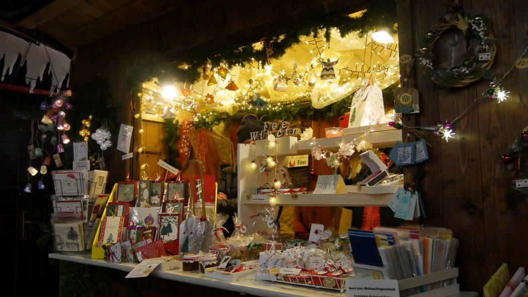 Das Foto zeigt eine Bude mit Dekoartikeln auf dem Weihnachtsmarkt in Essen-Werden