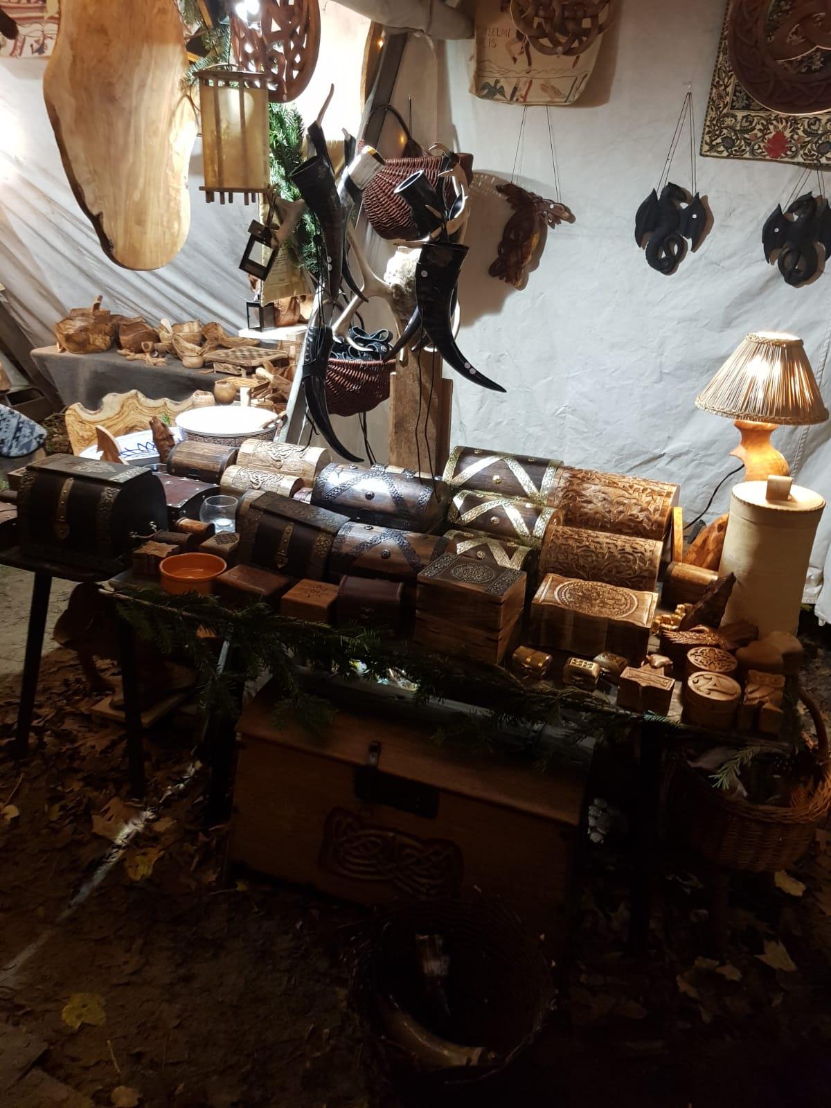 Das Bild zeigt Waren auf dem Phantastischen Lichter Weihnachtsmarkt