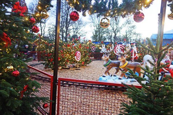 Das Foto zeigt ein Fahrgeschäft auf dem Cranger Weihnachtszauber