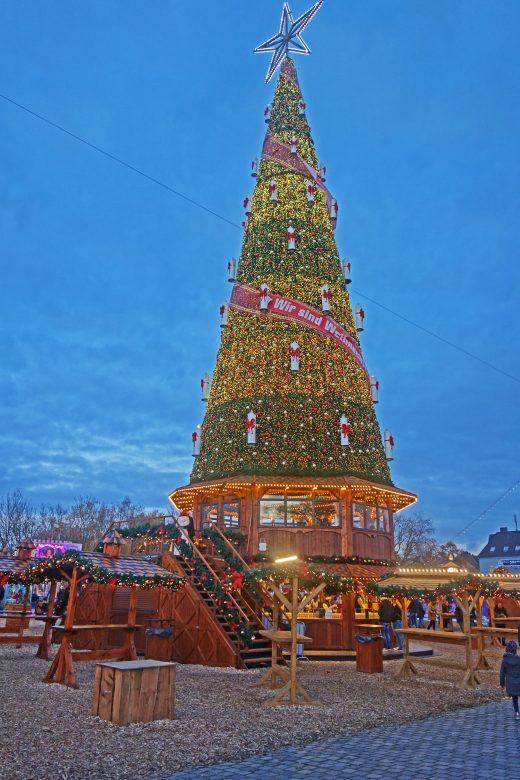 Das Foto zeigt den Weihnachtsbaum auf Cranger Weihnachtszauber