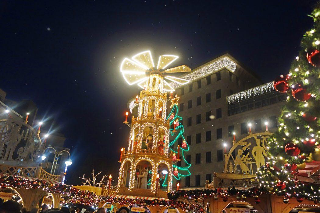 Das Foto zeigt die Pyramide auf der Bochumer Weihnacht