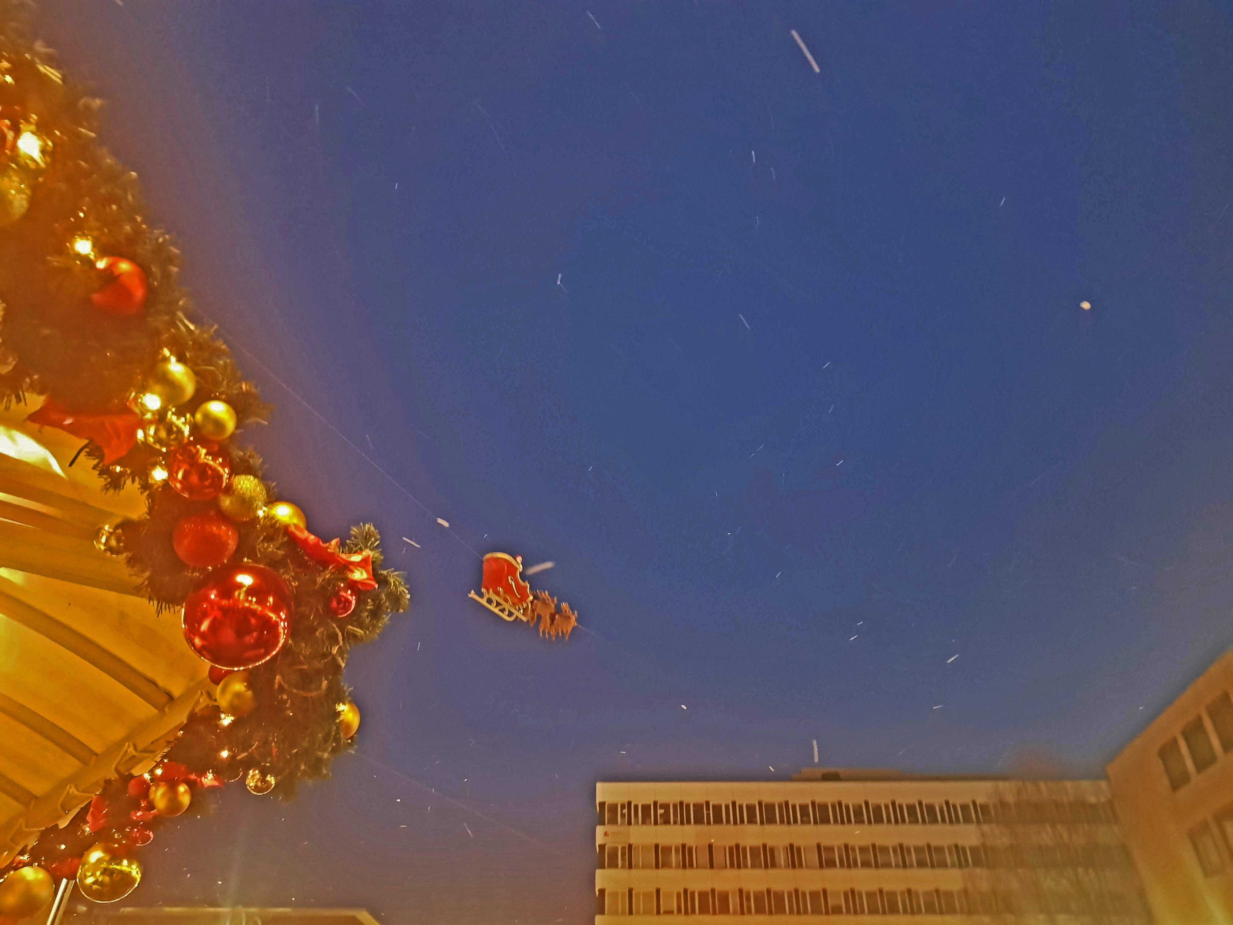 Das Bild zeigt den fliegenden Weihnachtsmann auf der Bochumer Weihnacht