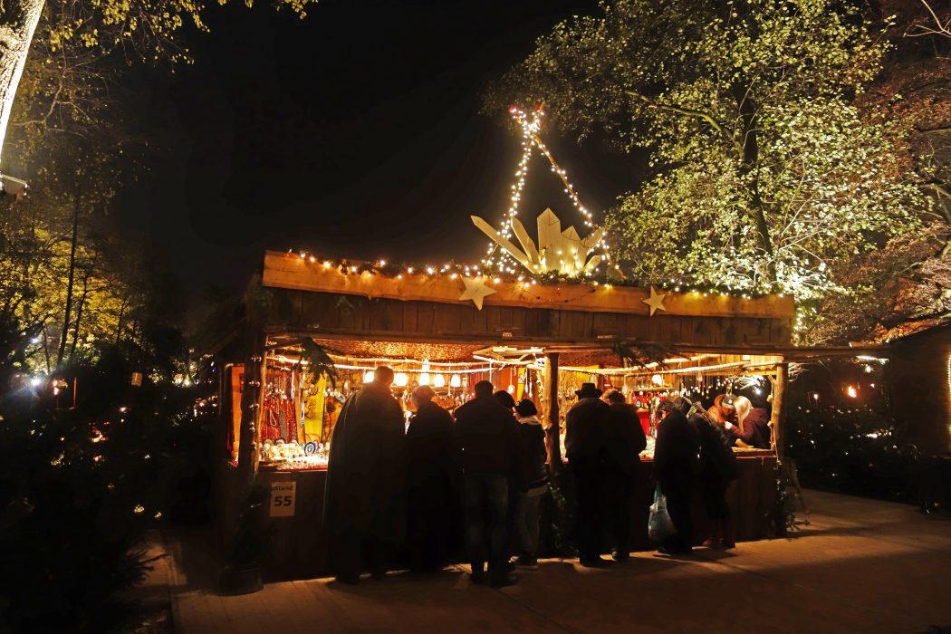 Das Foto zeigt einen Stand auf dem Phantastischen Lichter Weihnachtsmarkt