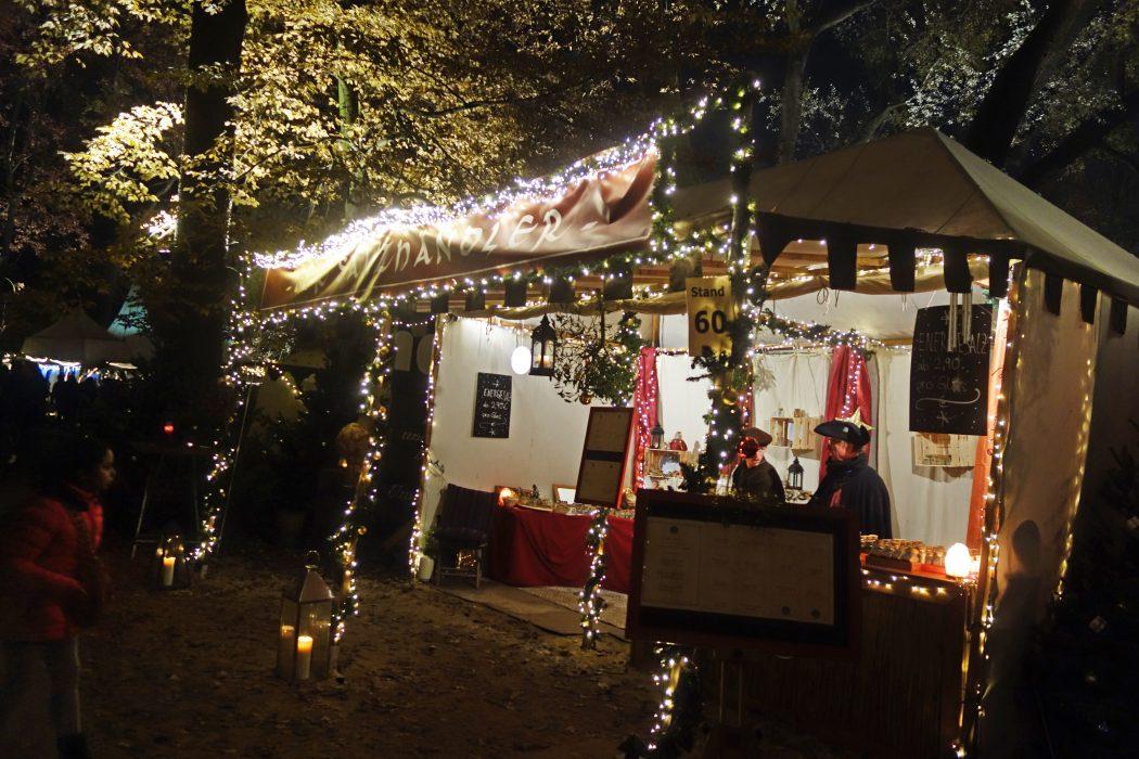 Das Bild zeigt einen Stand auf dem Phantastischen Lichter Weihnachtsmarkt