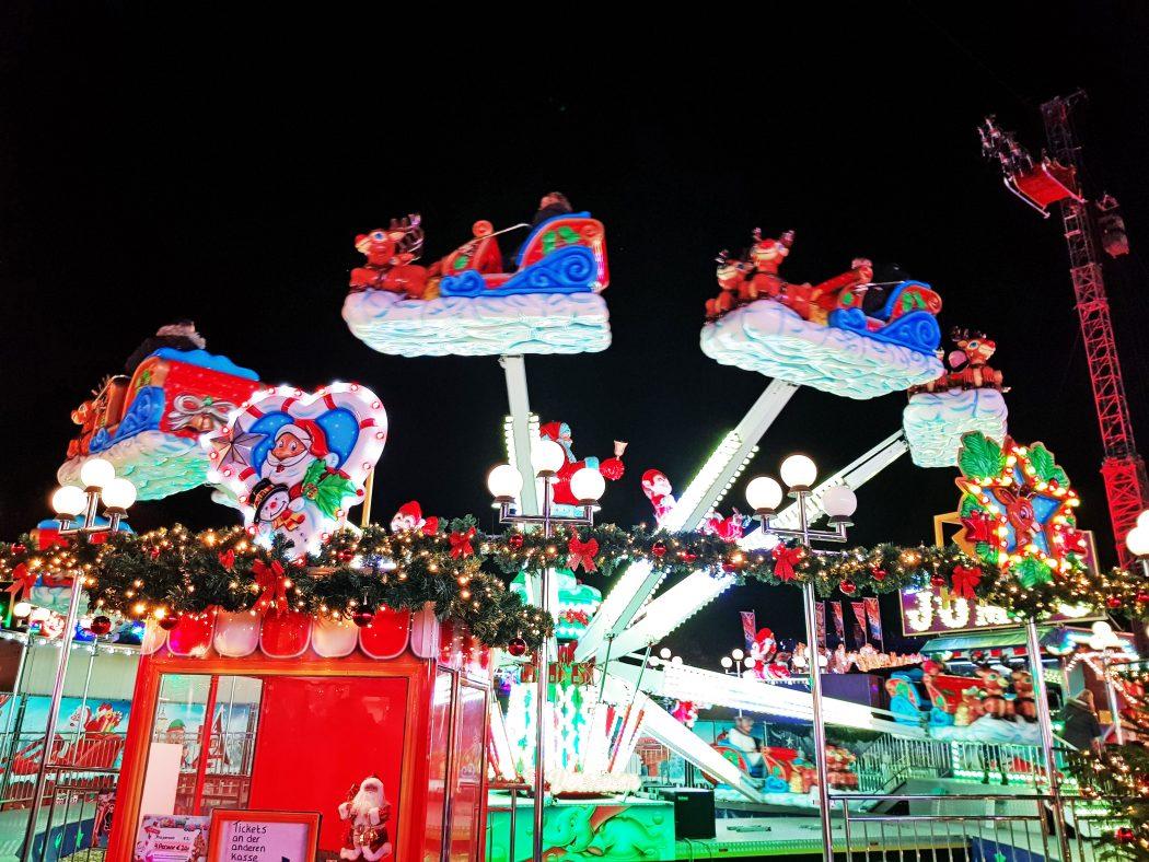 Das Bild zeigt ein Fahrgeschäft auf dem Cranger Weihnachtszauber