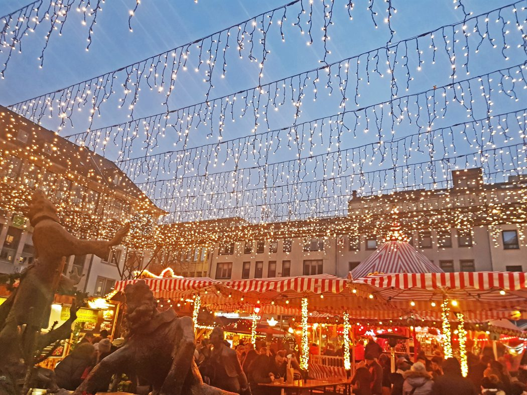 Das Bild zeigt ein Lichterdach auf der Bochumer Weihnacht