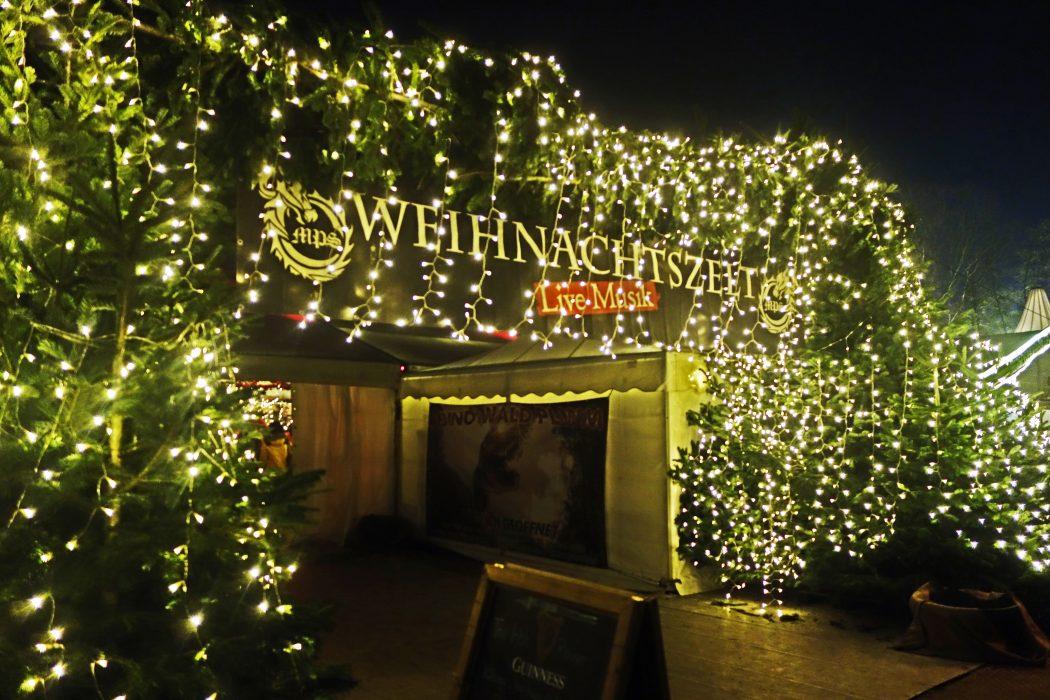 Das Bild zeigt ein Musikzelt auf dem Phantastischen Lichter Weihnachtsmarkt