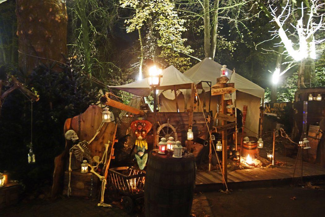 Das Bild zeigt ein Piratenschiff auf dem Phantastischen Lichter Weihnachtsmarkt