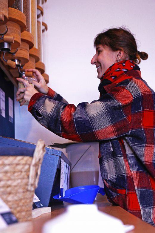 Das Foto zeigt Sarah im Geschäft Frau Lose