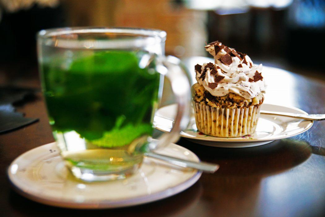 Das Foto zeigt Tee und Kuchen in der Krümelküche