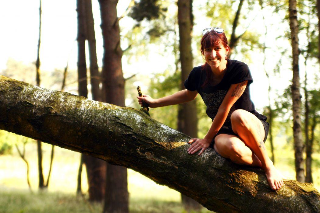 Das Foto zeigt Sarah auf der Westruper Heide