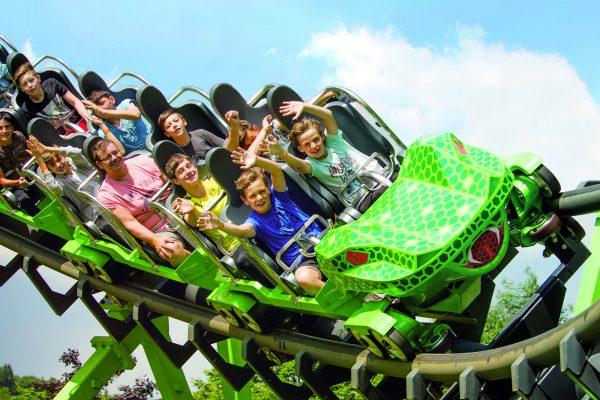 Das Foto zeigt eine Achterbahn in einem Freizeitpark
