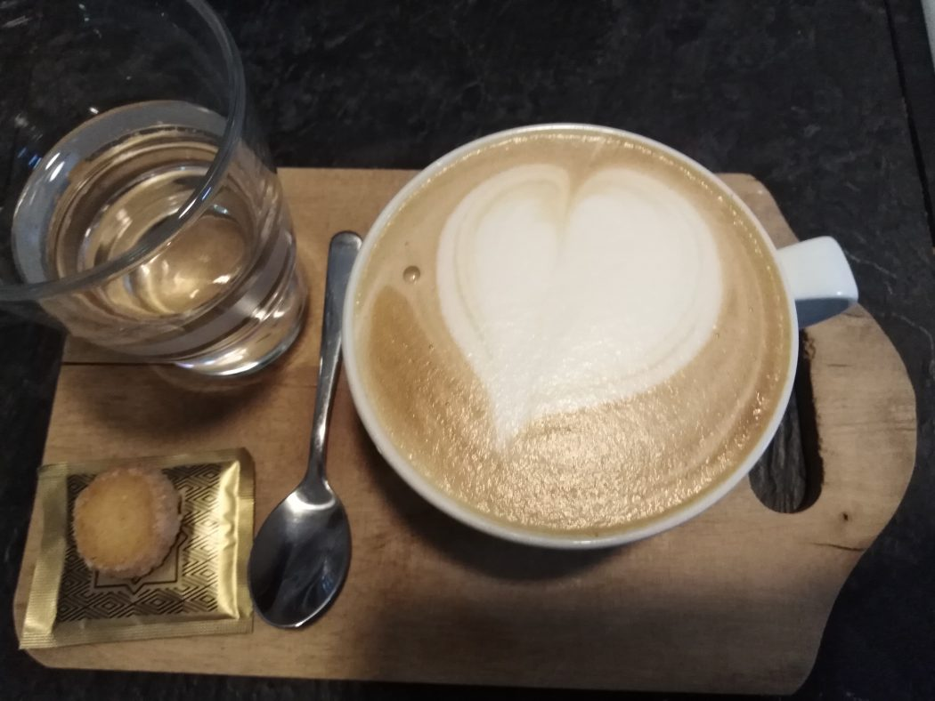 Das Bild zeigt einen Kaffee in Lulus Coffee Factory