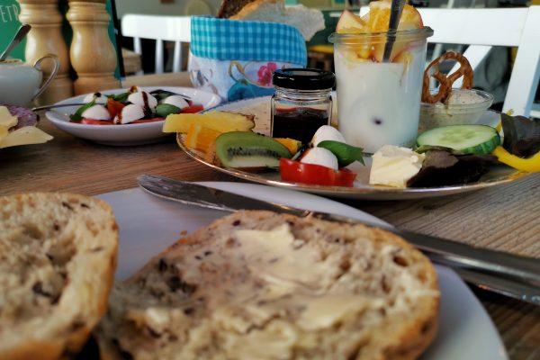 Das Bild zeigt ein Frühstück im Café Kram in Bottrop