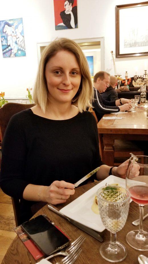 Das Foto zeigt Katalina bei der Vorspeise des Menue-Karussells in der Aubergine in Bochum