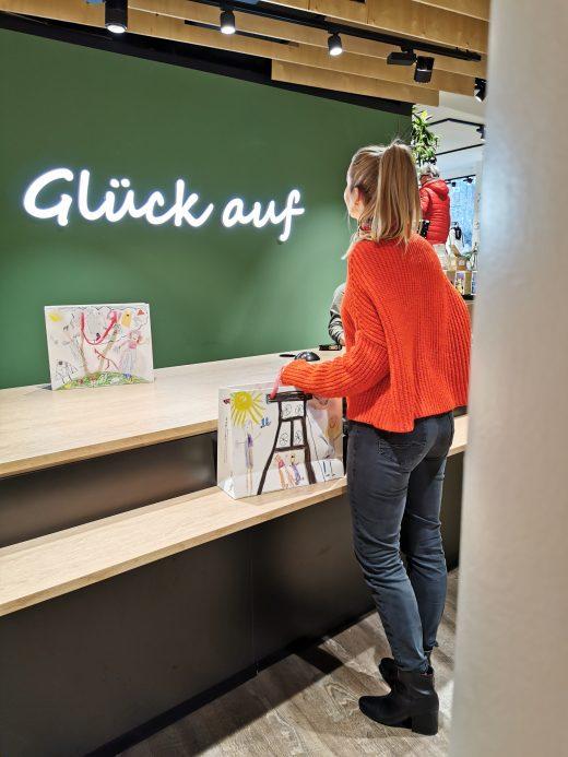 Das Bild zeigt Sandra im Geschäft Mensing in Bottrop