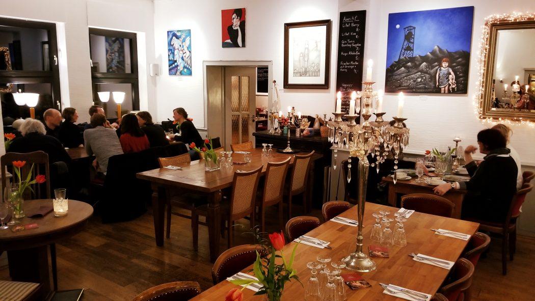 Das Foto zeigt den Gastraum des Restaurants Aubergine in Bochum-Ehrenfeld