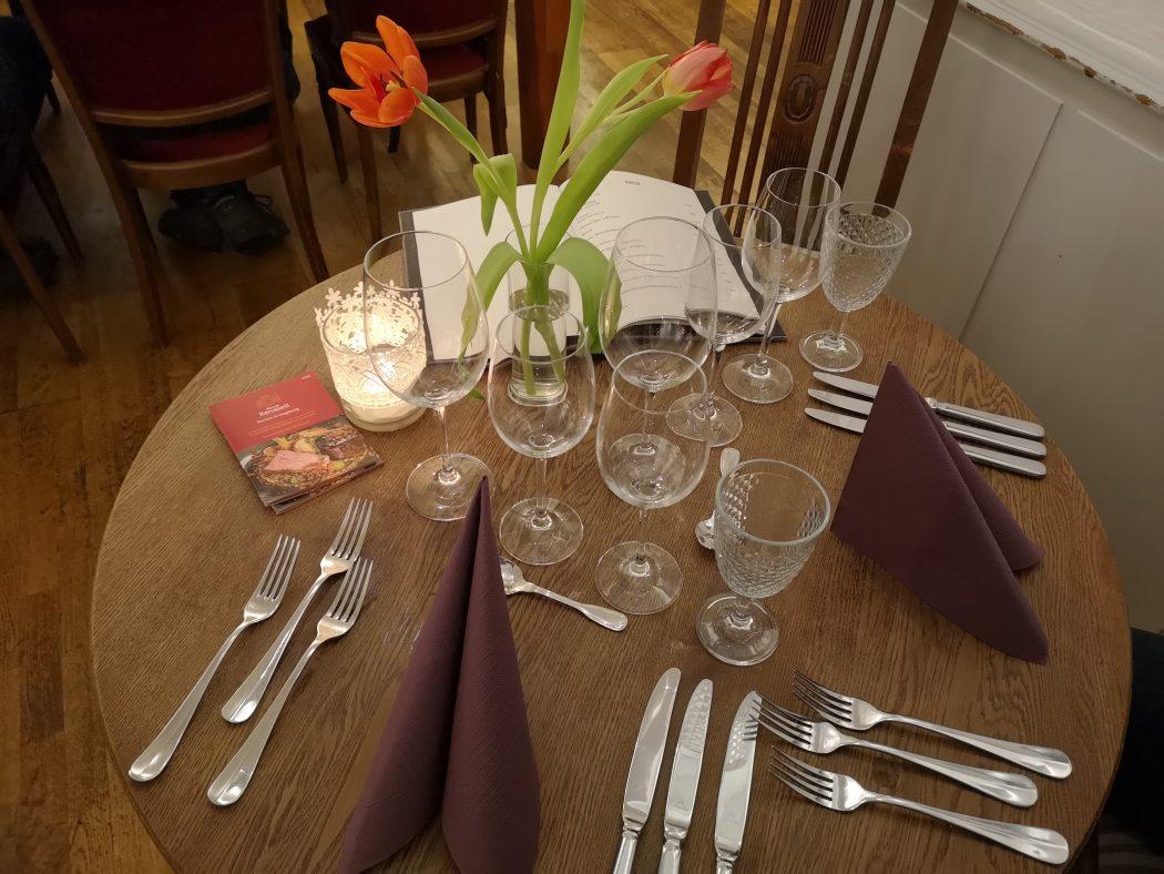 Das Foto zeigt einen gedeckten Tisch beim Menue-Karussell 2020