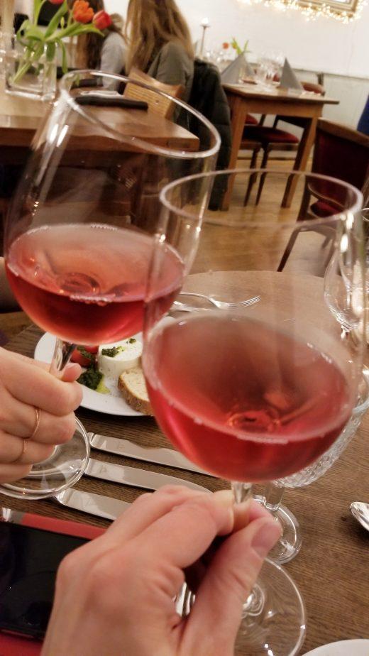 Das Foto zeigt zwei Gläser Rosé beim Menue-Karussell in der Aubergine in Bochum