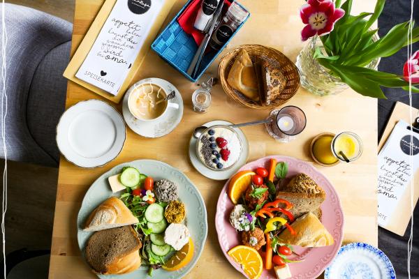 Das Bild zeigt einen Frühstückstisch im Omarosas in Dortmund