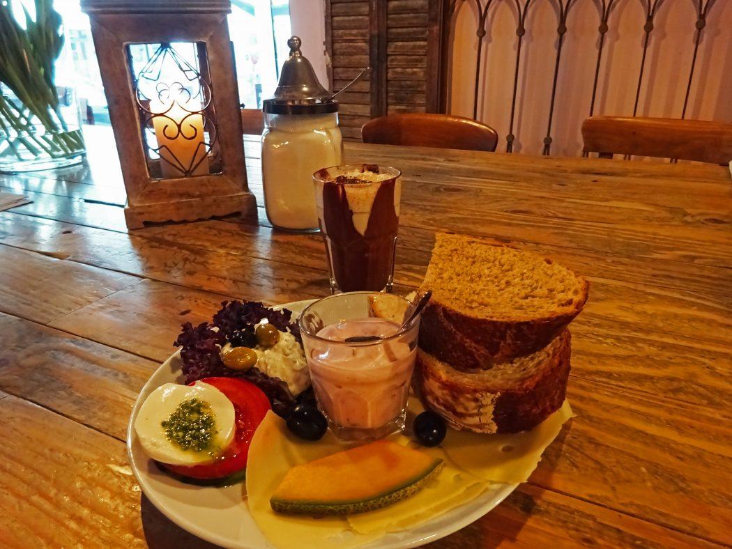 Das Bild zeigt ein Frühstück im Miamamia