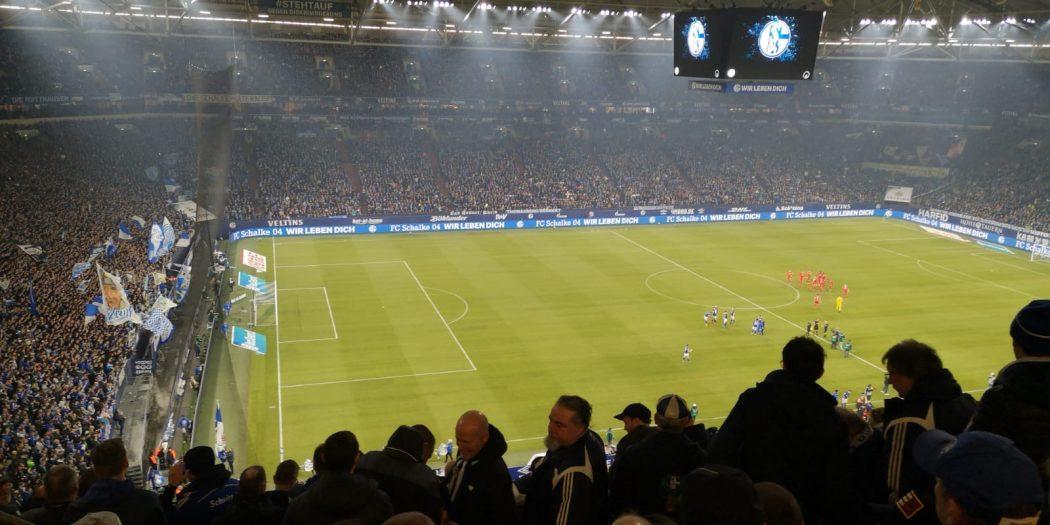 Vollbesetztes Stadion auf Schalke
