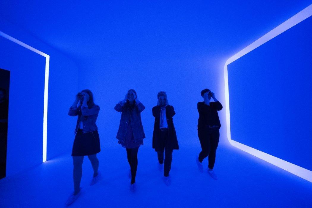 Das Foto zeigt vier Frauen im Lichtkunstzentrum Unna
