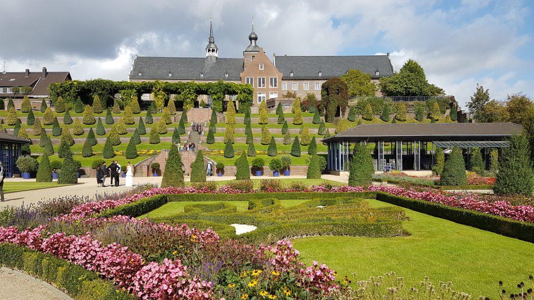 Das Foto zeigt die Terrassengärten des Kloster Kamps in Kamp-Lintfort