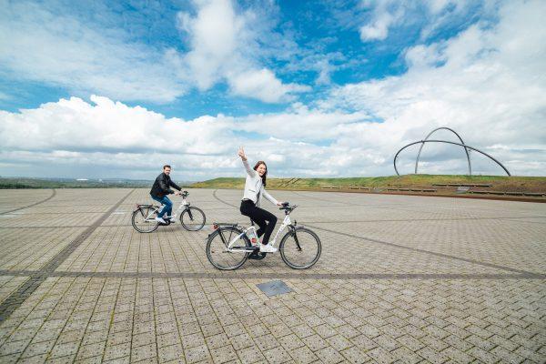 Das Fotro zeigt zwei Radfahrer auf der Halde Hoheward in Herten