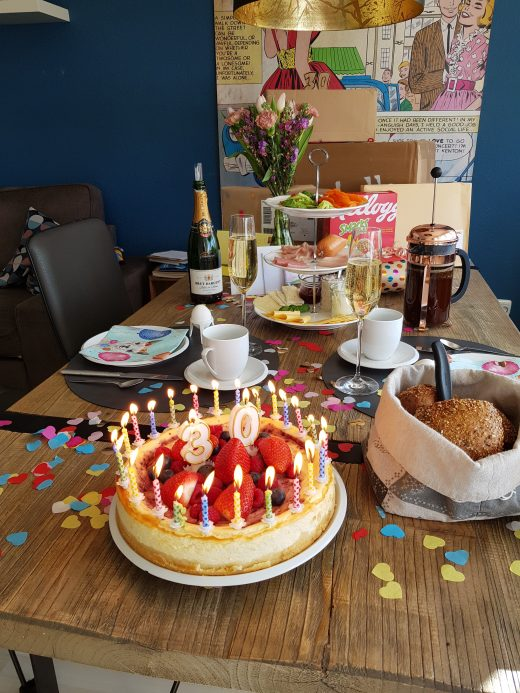 Das Foto zeigt einen bunt gedeckten Frühstückstisch zum 30. Geburtstag