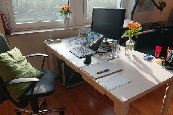 Das Foto zeigt Christins Schreibtisch im Homeoffice