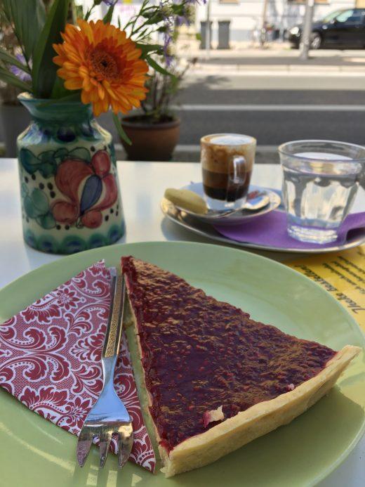 Das Foto zeigt ein Stück Kuchen und Kaffee im Fräulein Coffea in Bochum