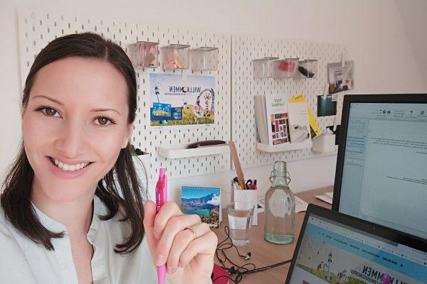 Das Foto zeigt Laura in ihrem Arbeitszimmer