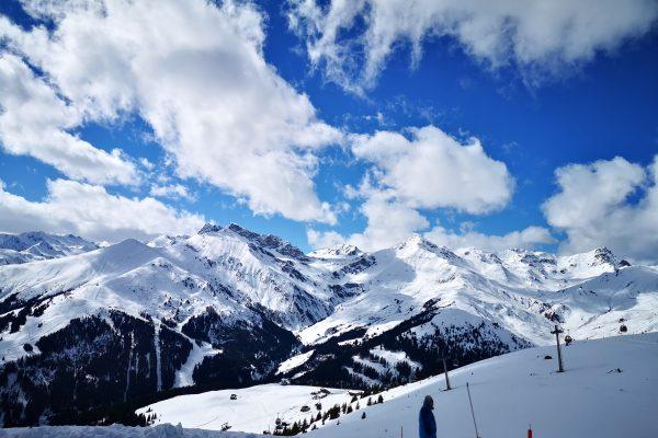 Das Foto zeigt ein Skigebiet mit Schnee und Bergen
