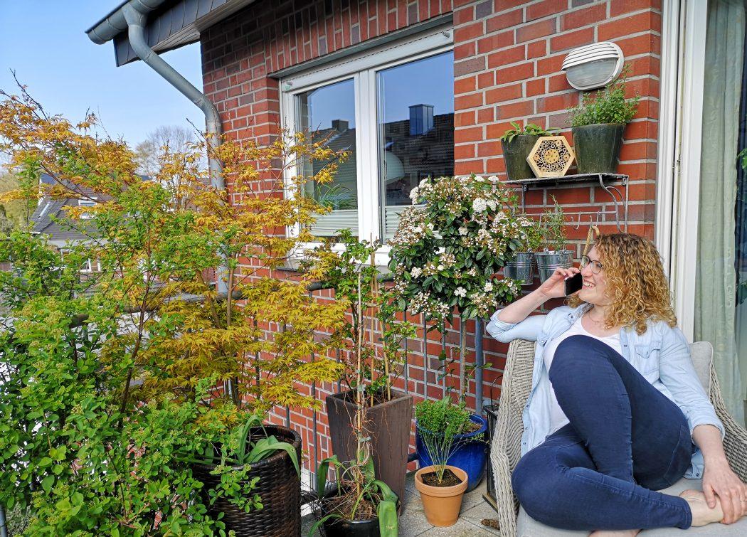 Das Foto zeigt Ronja auf ihrem Balkon