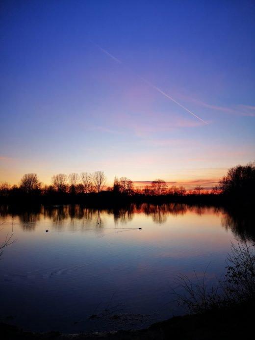 Das Foto zeigt einen See im Sonnenuntergang