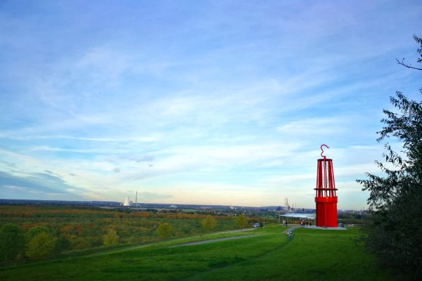 Das Foto zeigt die Halde Rheinpreußen mit dem Geleucht in Moers