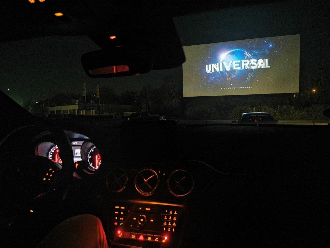 Das Foto zeigt die Leinwand im DRIVE INN Autokino Essen