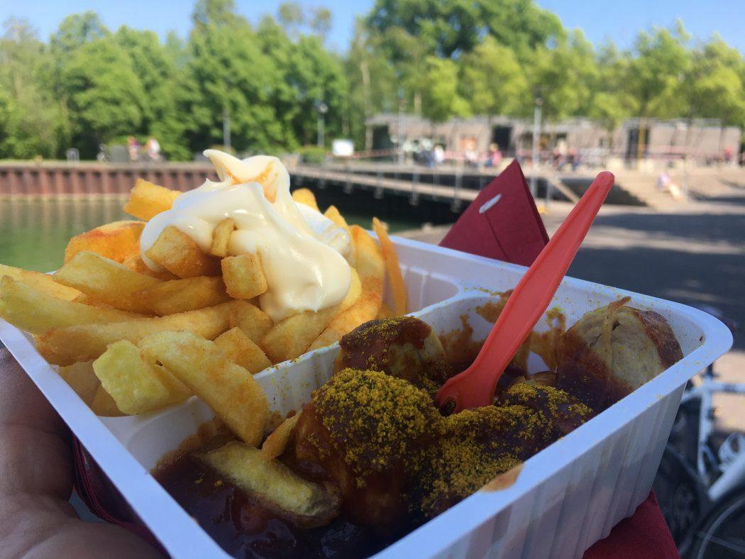 Das Bild zeigt eine Currywurst