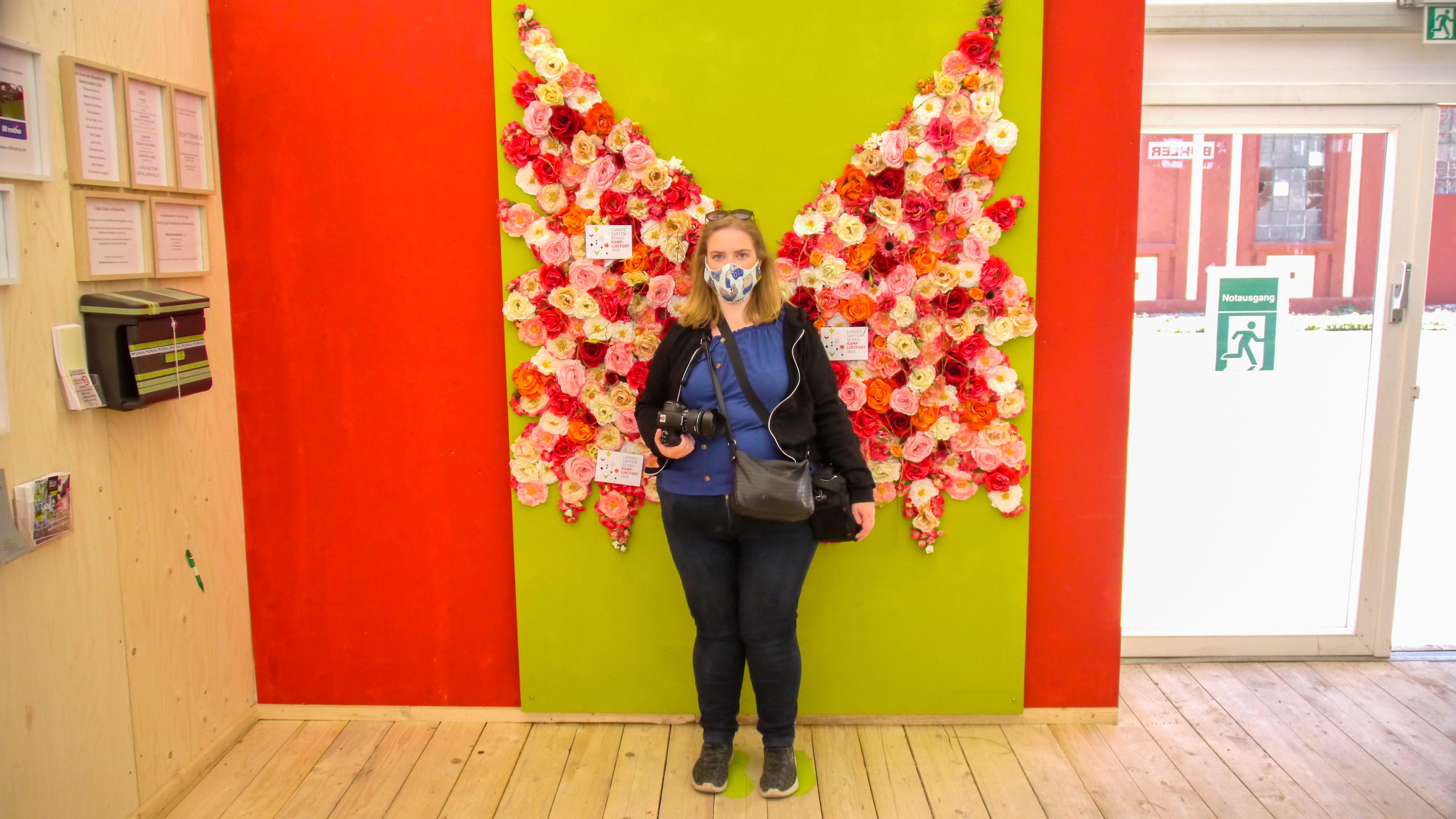 Das Bild zeigt einen Schmetterling aus Blumen