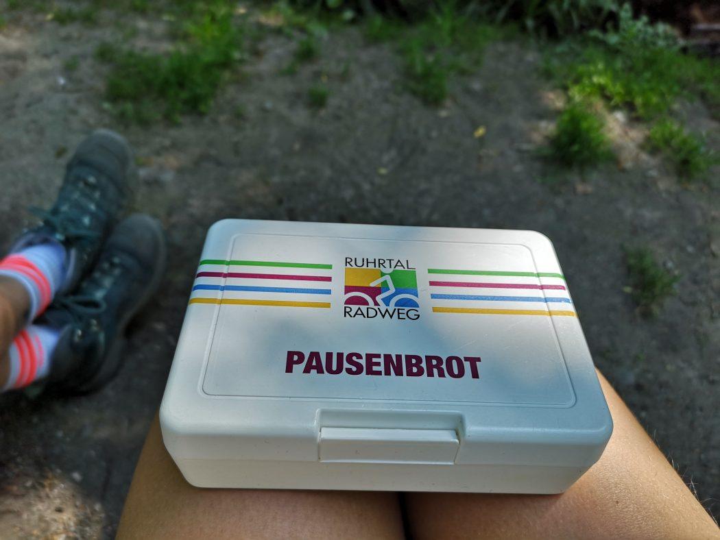 Das Bild zeigt eine Pausenbrotdose vom RuhrtalRadweg
