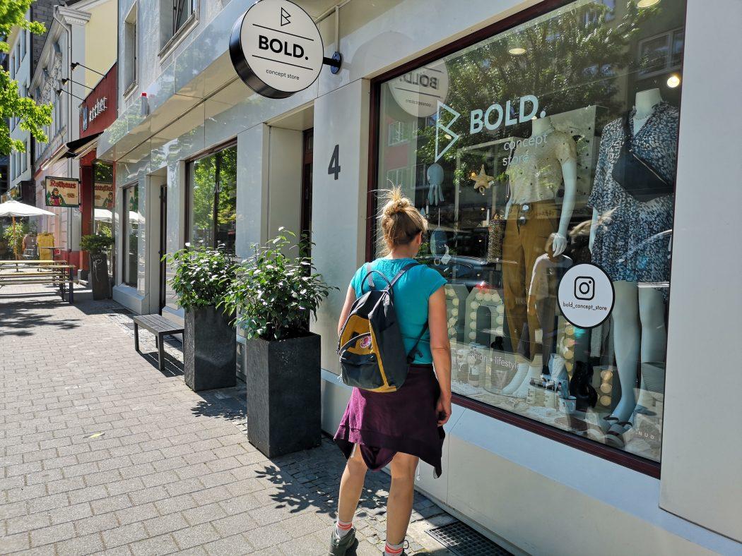 Das Foto zeigt Geschäfte auf der Brüderstraße